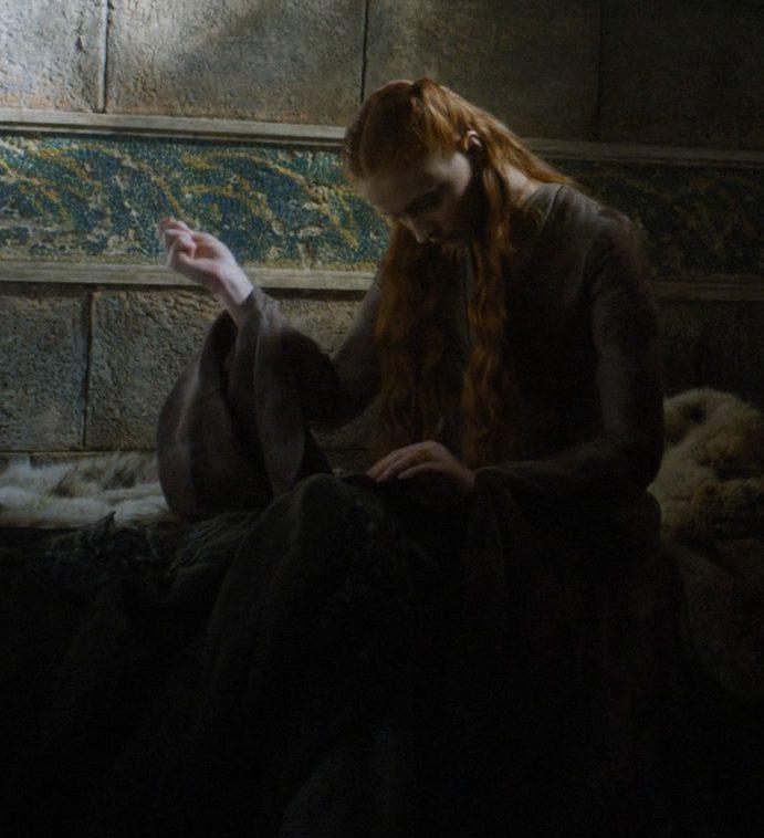 Sansa coud son costume
